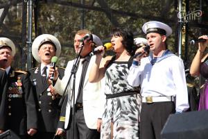Работники культуры вместе с севастопольцами спели гимн города на главной площади