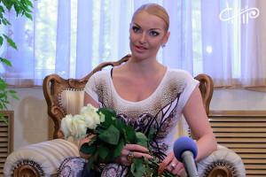 Работников сферы культуры поздравили артисты СЦКиИ и Анастасия Волочкова