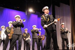 Джазовый ансамбль и военный оркестр выступили на одной сцене с праздничной программой