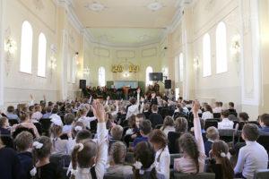 Танцы в школе вместе с оркестром