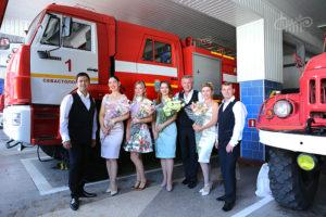 Артисты СЦКиИ поздравили ветеранов пожарной охраны праздничным концертом.
