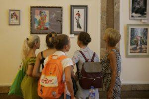 Выставка вышитых картин «Кто во что одет»